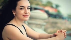 Femme caucasienne merveilleuse regardant la vue d'oc?an le coucher du soleil E banque de vidéos