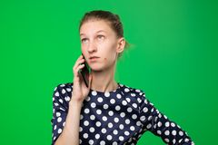 Femme caucasienne perplexe faisant le discours de téléphone portable photos libres de droits