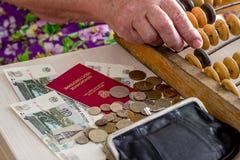 Femme caucasienne pluse âgé comptant l'argent Photos stock