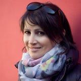 Femme caucasienne souriant dehors Photo stock