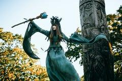 Femme-chaman avec des klaxons images stock