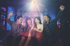 Femme chantant avec ses amis ensemble Photographie stock libre de droits