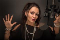 Femme chanteur avec le microphone Photo libre de droits