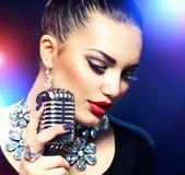 Femme avec le rétro microphone Photographie stock libre de droits