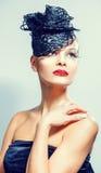 Femme charismatique chique avec la coiffure luxueuse à la mode. Photographie stock