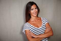 Femme charismatique se tenant avec des bras croisés Image stock