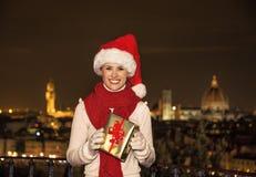 Femme chez Piazzale Michaël Angelo avec le cadeau de Noël BO Photos libres de droits
