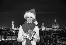 Femme chez Piazzale Michaël Angelo avec le cadeau de Noël BO Image stock