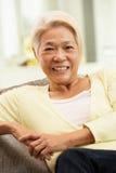 Femme chinois aîné détendant à la maison Photos stock