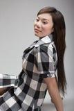 Femme chinois attirant se penchant vers l'arrière Photos stock