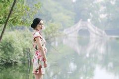 Femme chinoise asiatique dans le cheongsam traditionnel Photographie stock libre de droits