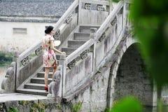 Femme chinoise asiatique dans le cheongsam traditionnel Photos libres de droits