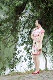 Femme chinoise asiatique dans le cheongsam traditionnel Photographie stock