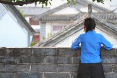 Femme chinoise asiatique dans le costume traditionnel d'étudiant en République de Chine photographie stock libre de droits