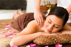 Femme chinoise au massage de bien-être avec les huiles essentielles