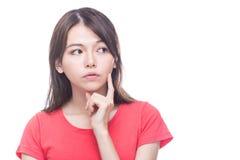 Femme chinoise avec la main sur le visage, pensant photo stock