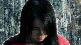 Femme chinoise bouleversée sur un fond texturisé banque de vidéos