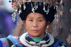 Femme chinoise de nationalité de Miao Photo stock