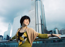 Femme chinoise détendant à l'extérieur Image libre de droits