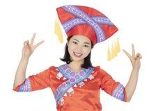 Femme chinoise habill?e dans des costumes de festival de chinois traditionnel d'isolement sur un fond blanc images stock