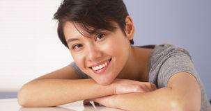 Femme chinoise heureuse regardant l'appareil-photo photographie stock libre de droits