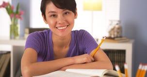 Femme chinoise heureuse souriant avec des livres photos stock