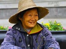 Femme chinoise pluse âgé de sourire dans un chapeau de paille image stock