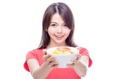 Femme chinoise tenant le bol de fruit Image stock