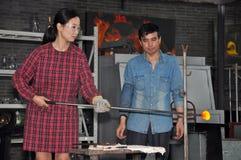 Femme chinoise travaillant avec le verre fondu Photos stock