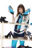 Femme choisissant des chaussures à une mémoire Images stock