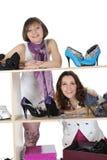 Femme choisissant des chaussures à une mémoire photo libre de droits
