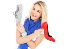 Femme choisissant des chaussures Photographie stock libre de droits
