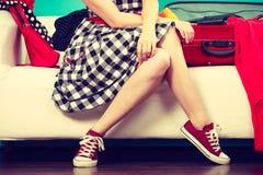 Femme choisissant des choses pour emballer dans la valise Image libre de droits