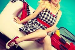 Femme choisissant des choses pour emballer dans la valise Photographie stock