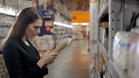 Femme choisissant des pâtes de épicerie Achats de brune dans le supermarché de nourriture Image libre de droits