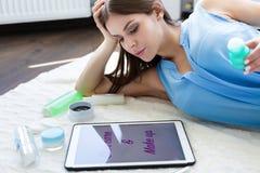 Femme choisissant des produits des soins de la peau Images stock