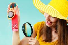 Femme choisissant des verres recherchant par la loupe photo libre de droits