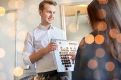 Femme choisissant la couleur de cheveux de la palette au salon image stock