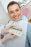 Femme choisissant le cache dentaire Image stock