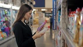 Femme choisissant le détergent de blanchisserie dans l'épicerie Femme d'affaires dans le supermarché Images stock