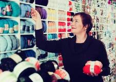 Femme choisissant le fil pour le tricotage Image libre de droits