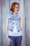 femme choquée de hippie regardant à partir de l'appareil-photo Photographie stock libre de droits