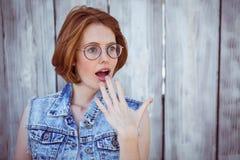 femme choquée de hippie regardant à partir de l'appareil-photo Photos stock