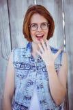 femme choquée de hippie souriant à l'appareil-photo Image stock