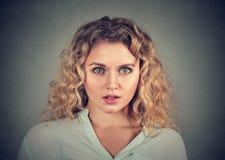 Femme choquée effrayée concernée par portrait Images stock