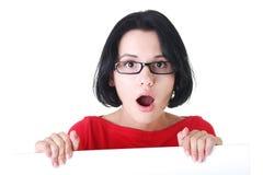 Femme choqué retenant le panneau blanc Images libres de droits