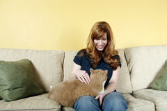 Femme choyant le chat Image libre de droits