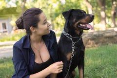 femme choyant un chien Photo stock