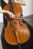 Femme cintrant un violoncelle image stock