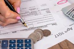Femme classant la feuille d'impôt des USA Photographie stock libre de droits